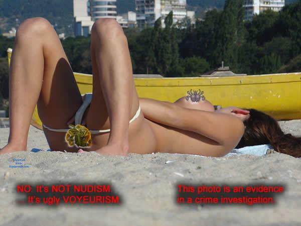 Те карат момиче фото-модел да МАСТУРБИРА на централен обществен плаж